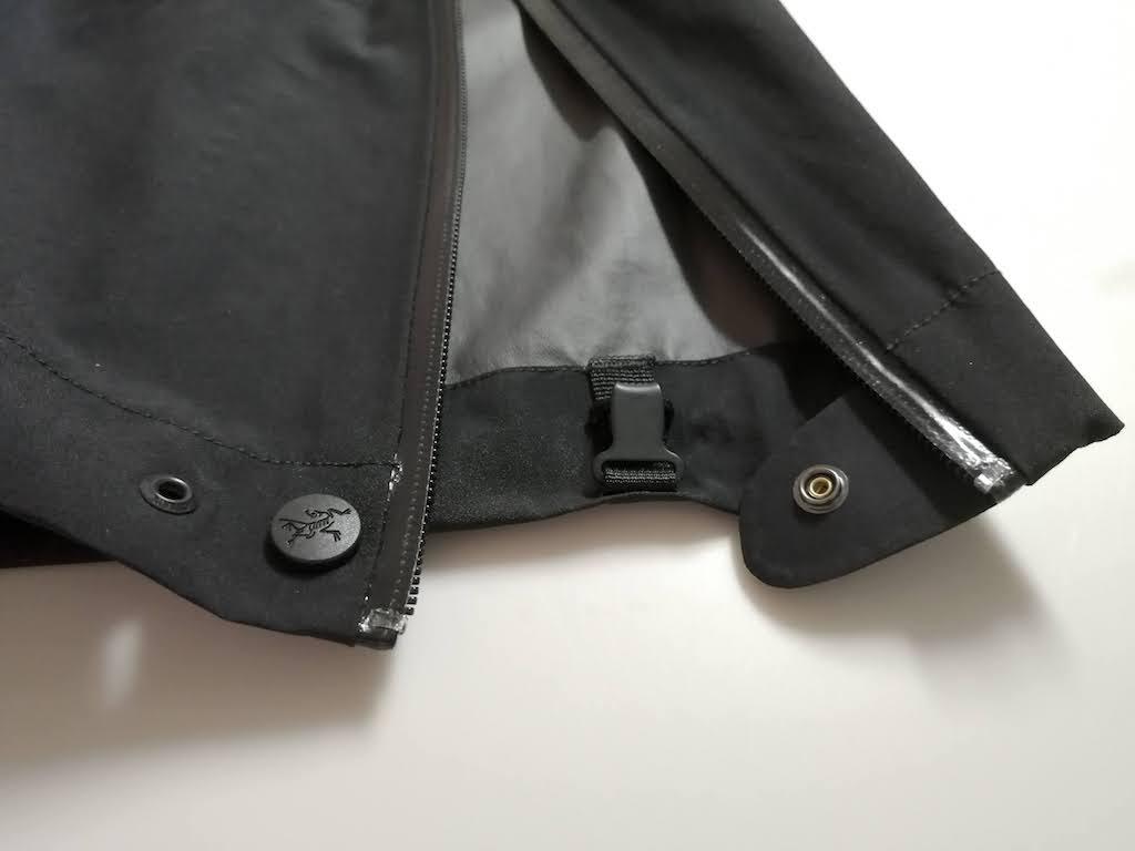 裾のフリップボタン